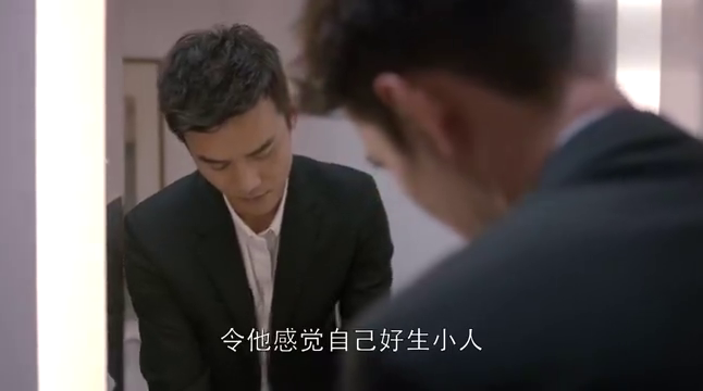 曲筱绡一边口试心非的奉承客户,饭桌上耍心眼让赵启平很不舒服