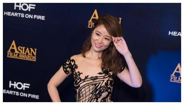 """林心如这是把""""中国画""""穿身上了吗?如此性感,身材不好不敢穿"""