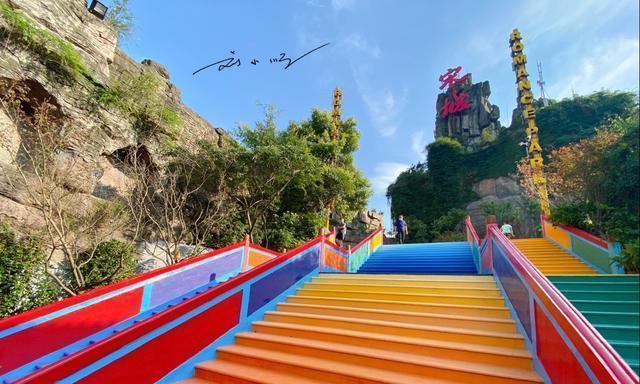 """杭州宋城惊现""""彩虹阶梯"""",游客都抢着来拍照,已成为网红打卡点"""