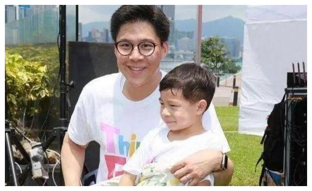 郭晶晶大儿子近照曝光,7岁就带总裁范,不愧是百亿继承人