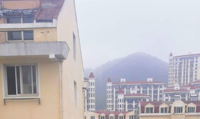 惊险!事发百合山庄,女孩窗口看到对面楼有人悬在4楼窗外