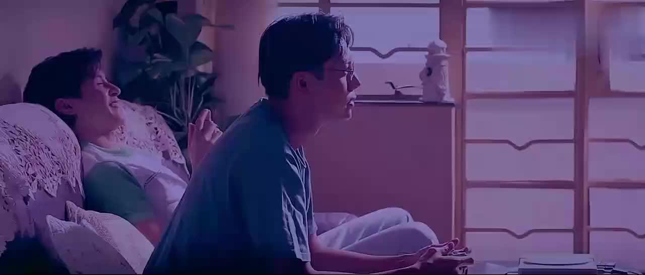 港片:陈伟霆来同学家玩,却老盯着别人老妈,把人盯毛了