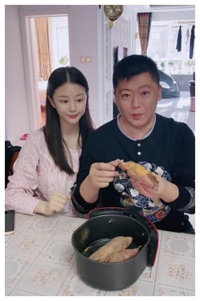 赵本山36岁徒弟谢永强晒近况,私下娶95后娇妻,住农村房屋显寒酸