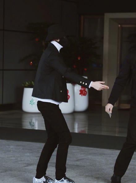 蔡徐坤黑色渔夫帽+白色高领毛衣,酷帅有型,大长腿坤坤在线鲨人