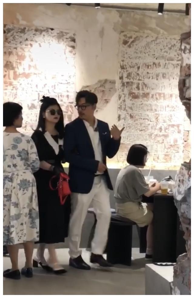 李湘王岳伦现身网红店吃饭,两人盛装打扮如走秀,网友直呼太夸张