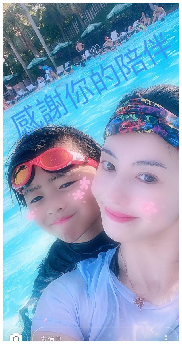 张柏芝带儿子小Q游泳,并感慨陪伴是最好的爱,母子同框感情深厚