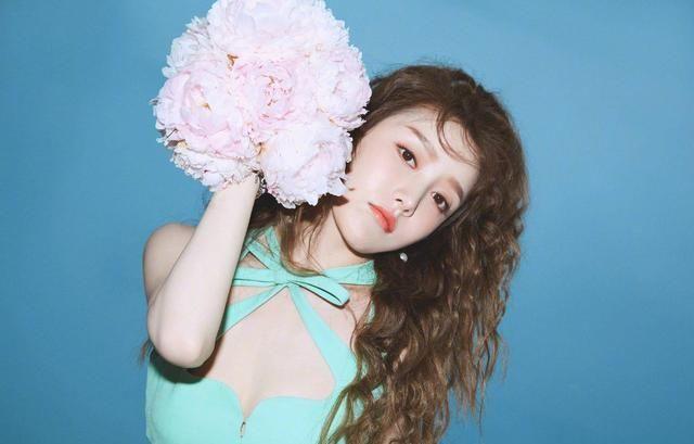姜贞羽亮相品牌活动,夏日清新薄荷绿短裙