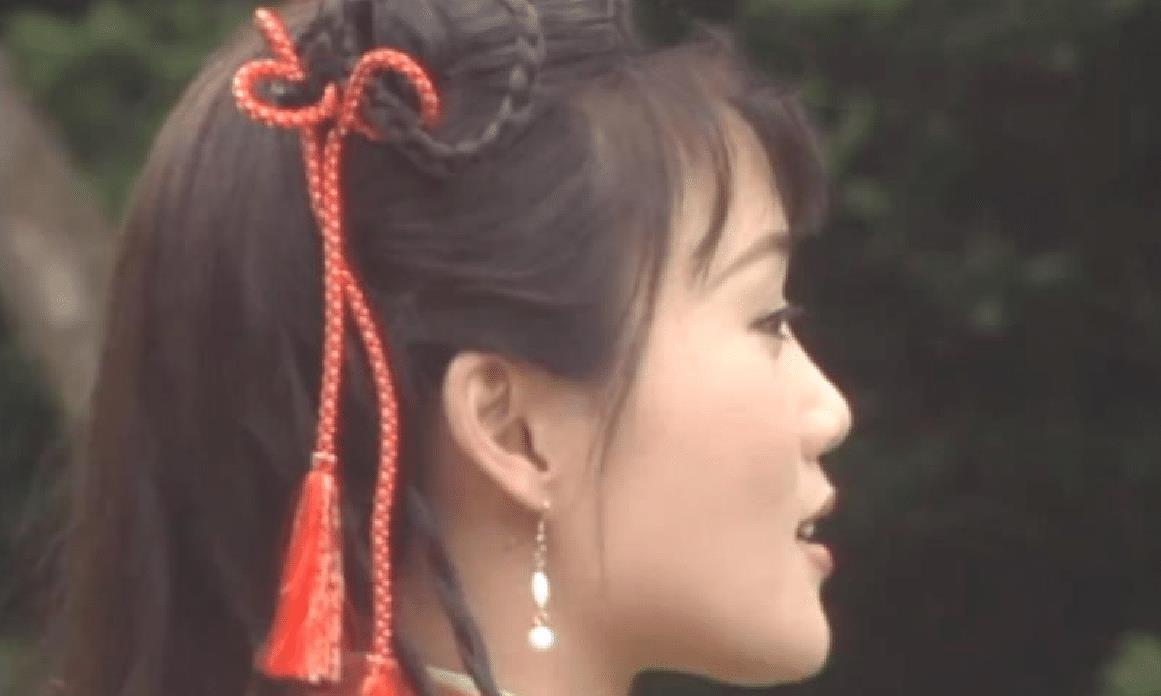 梁小冰每部古装剧都用红头绳做造型,却没有一个风格是重复的