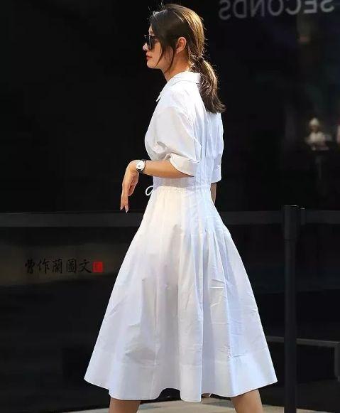 路人街拍:图五小姐姐身穿不规则的牛仔裙,个性又时尚!