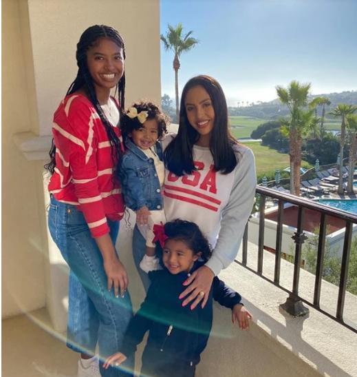 瓦妮莎晒三个女儿泳装照,大女儿像科比,小女儿最像Gigi