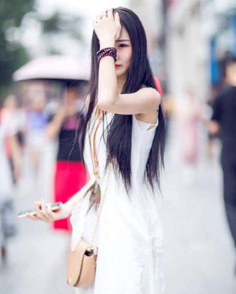 路人街拍:图五小姐姐白色的上衣搭配牛仔裙,清新又减龄!
