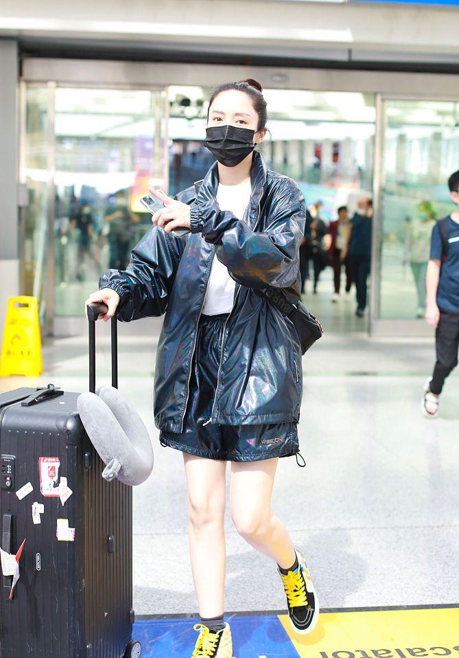超靓!董璇穿亮面外套秀美腿精致时髦 系黄鞋带玩撞色活力十足