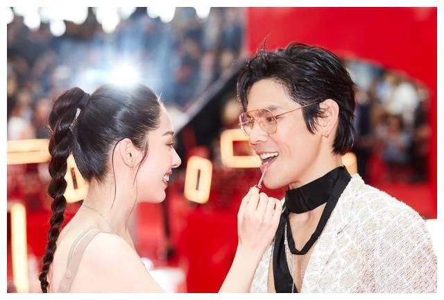 向佐郭碧婷首次曝光婚期,两人互为对方涂唇膏超甜蜜