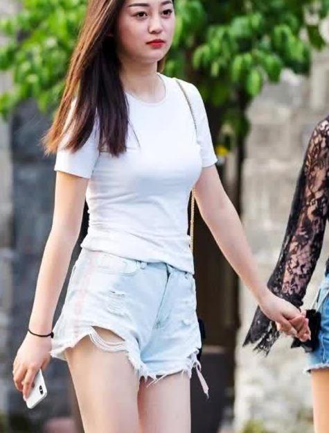 街拍:白色修身T恤搭配蓝色毛边牛仔短裤,清爽舒适