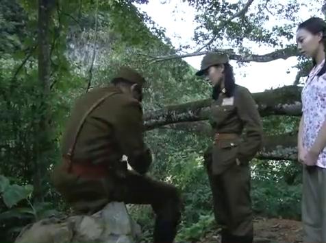国军营长对梳子的来历起疑,谁料女孩一闻,就知道是把日本梳子!