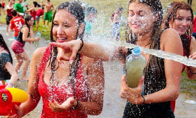 十年一次乌克兰泼水节,看对眼就抱走,场面失去控制!