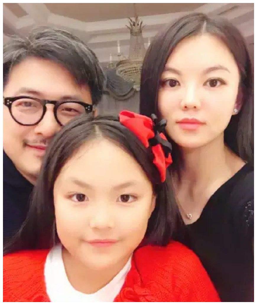 李湘晒女儿近照,王诗龄骑单车长发披肩显优雅,表白妈妈超有爱