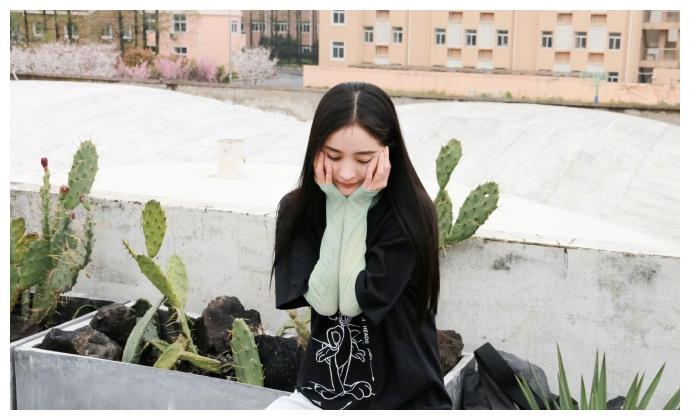 杨幂捧脸比耶状态似少女,穿薄荷绿长袖搭短T清新十足