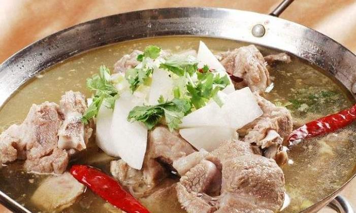 香气四溢的羊肉炖萝卜,适合孩子的美味汤羹,这个季节吃正合适