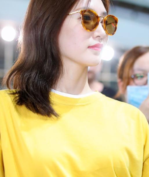 被江疏影气质惊艳!穿黄色T恤搭配白色直筒裤走机场,简约又时髦