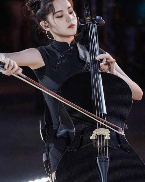 欧阳娜娜穿黑色修身旗袍连衣裙,扎丸子头惊艳全网,这腿真的吗