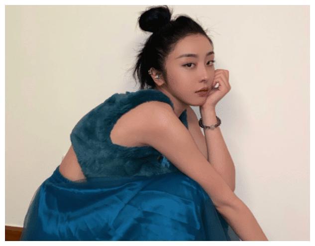 赵小棠曝光与妈妈合照,母女俩如同姐妹花,妈妈的腿也太抢眼了吧