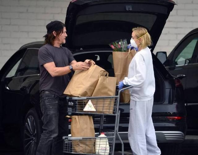 黛安·克鲁格现身街头,与弩哥停车场见面,囤的货太多了