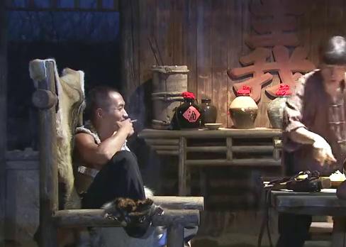 少爷等人正在用餐,却截获敌人的车队,发现大批宝物