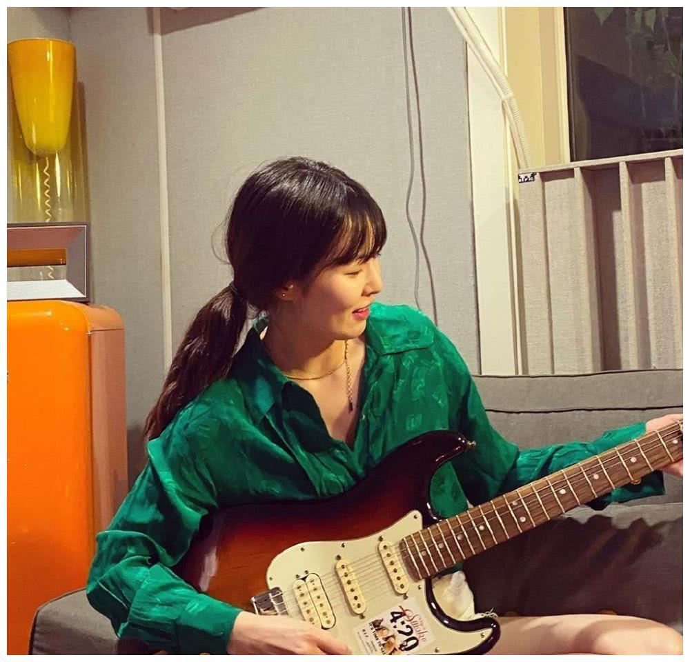 金泫雅居家练电吉他,认真的小野马很有魅力,只是头发也是真油了