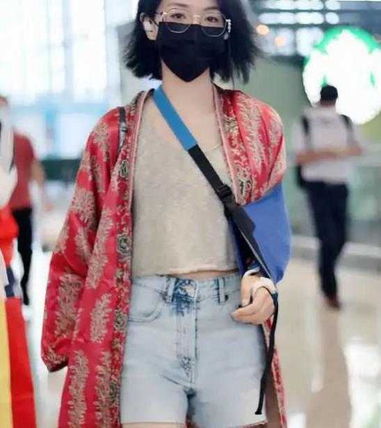 万茜穿复古红袍机场亮相,离开十级美颜滤镜,腿怕是姐姐里最细的
