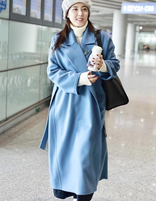 曾黎穿出了40+女性羡慕的打扮,蓝色大衣配灰色贝雷帽,太美了