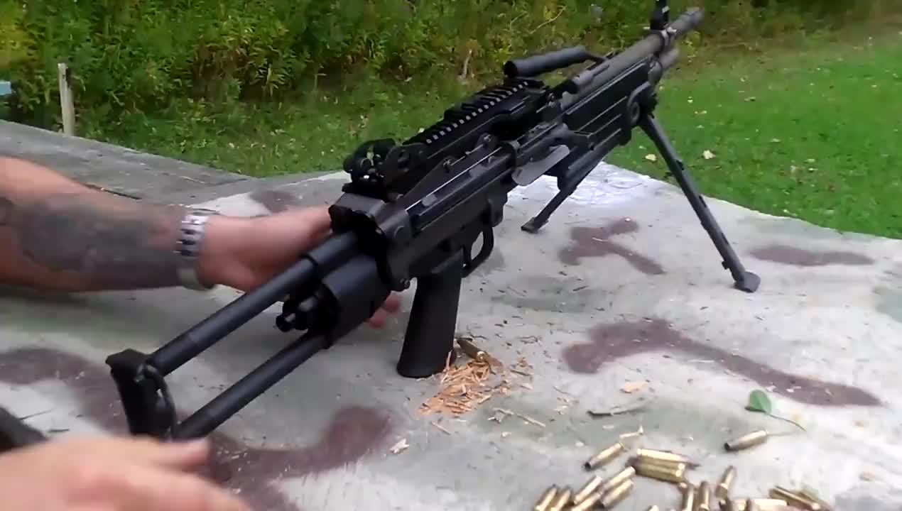 M249班用自动机枪靶场实弹射击评测,持续射击一米长弹链不卡壳