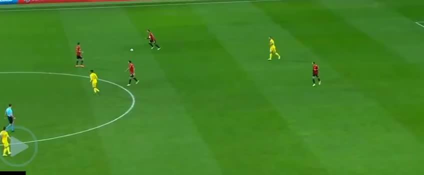 西班牙队进攻,莫雷诺射门造成鲁斯乌龙球