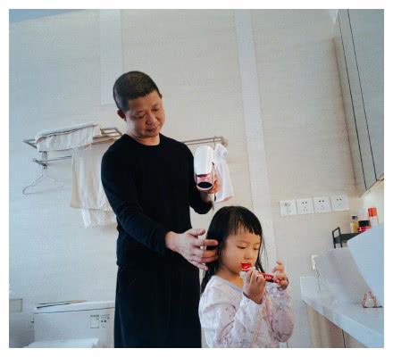 姚晨老公为女儿茉莉吹剪头发,动作很外行,父爱劲十足