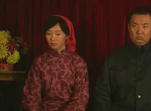 老马和慧兰来到照相馆,他们准备照结婚照,可是他们都很拘束