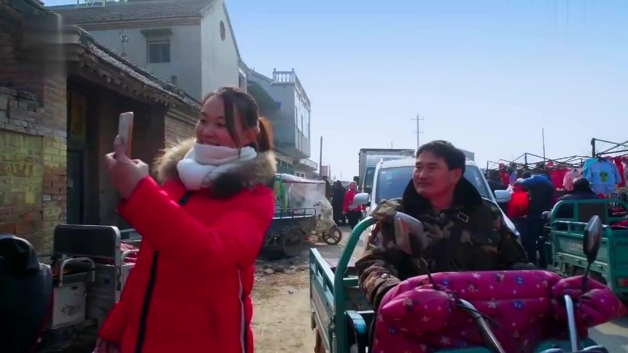 朱之文驾驶敞篷车上街,车技不太好生怕撞人,竟然自带喇叭