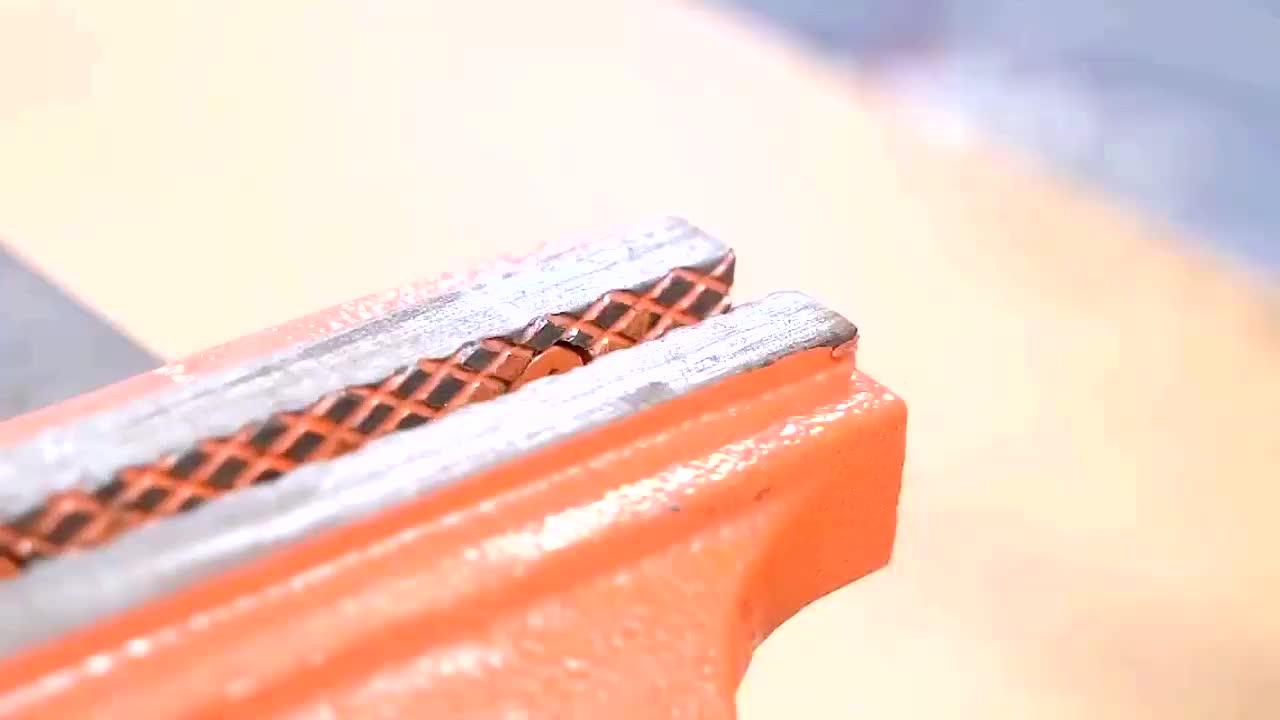 小伙用轴承制作的打孔工具锤子一敲就是一个孔真是太方便了