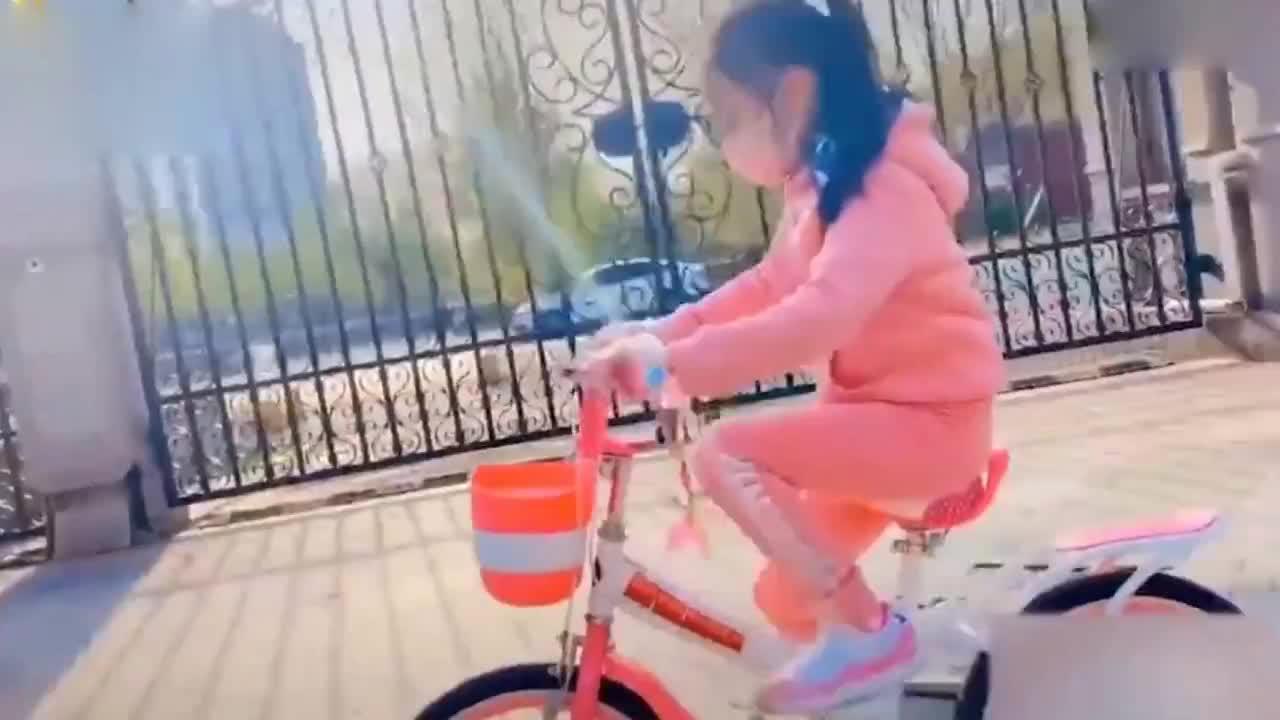李小璐陪女儿在小区骑车 甜馨一身粉色打扮亭亭玉立