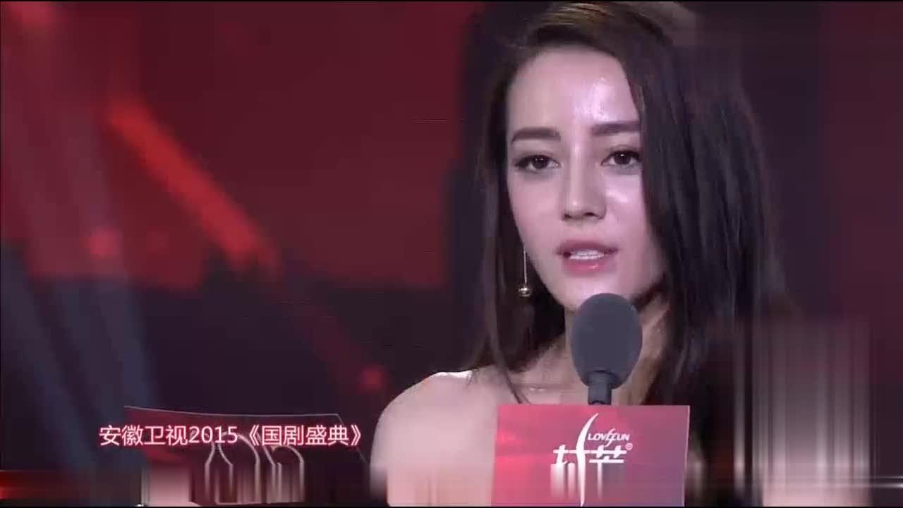 迪丽热巴和泰国演员Son为胡歌师妹《我的体育老师》王晓晨颁奖