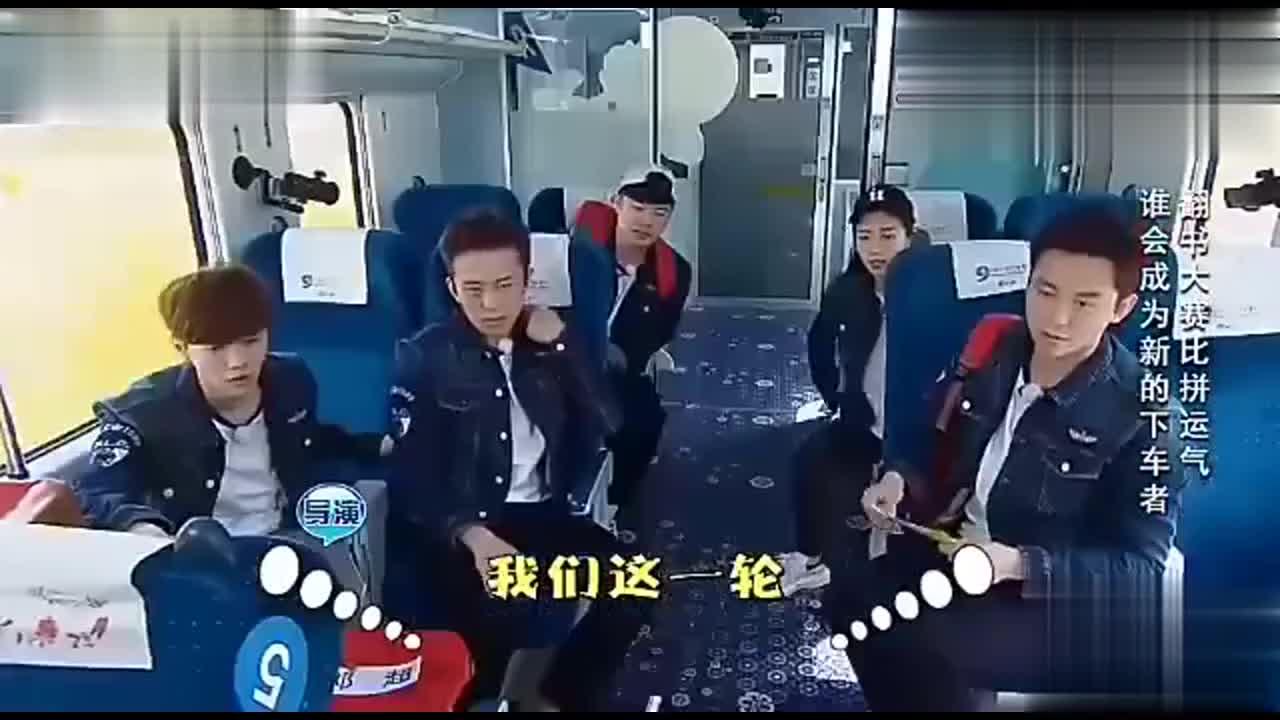 邓超丢骰子丢到下车的时候,陈赫鹿晗很不地道的笑了