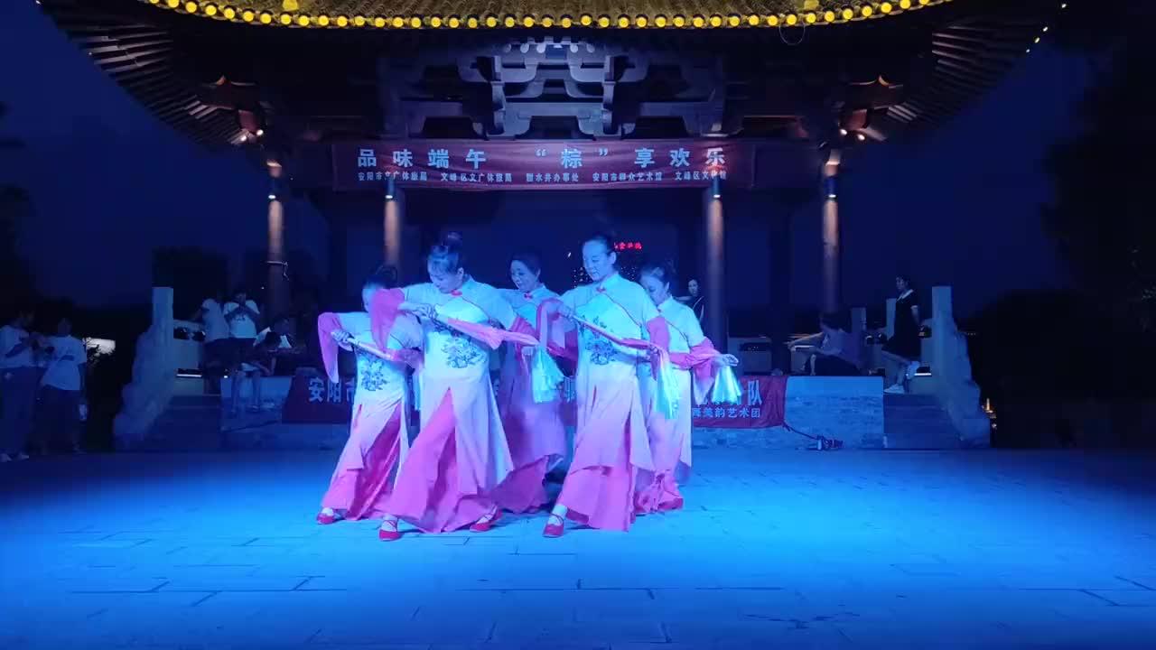河南:端午节文艺下乡,表演才艺舞蹈,衣袂飘飘,宛若如仙女下凡