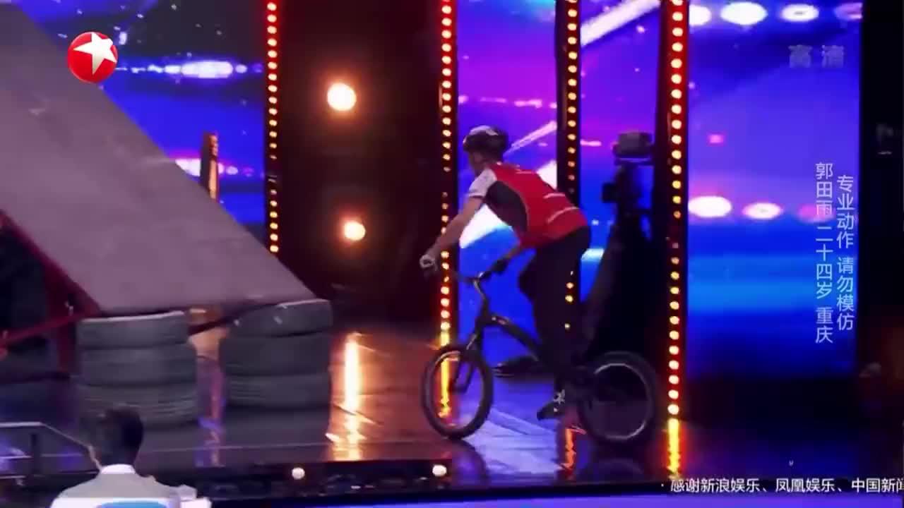 中国达人秀:重庆小伙达人秀舞台,挑战单车绝技,震惊蔡国庆