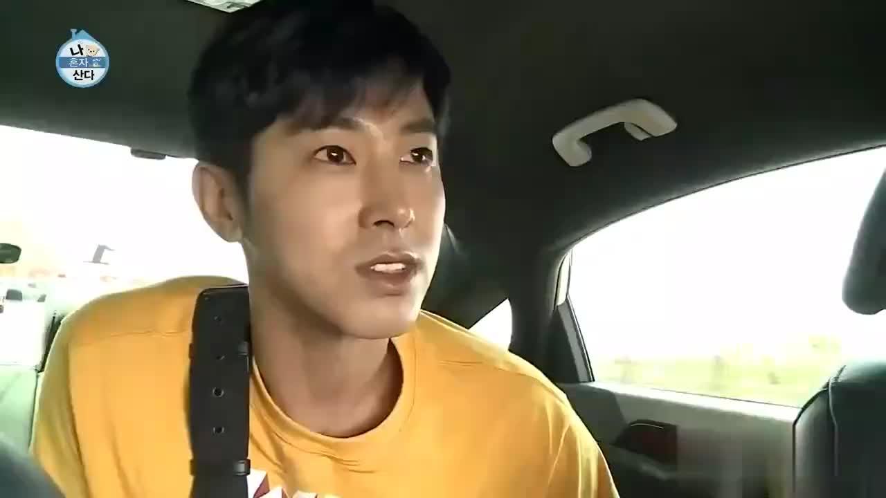 我独自生活:允浩太可爱了,坐车还不忘宣传自己,是东方神起呀!