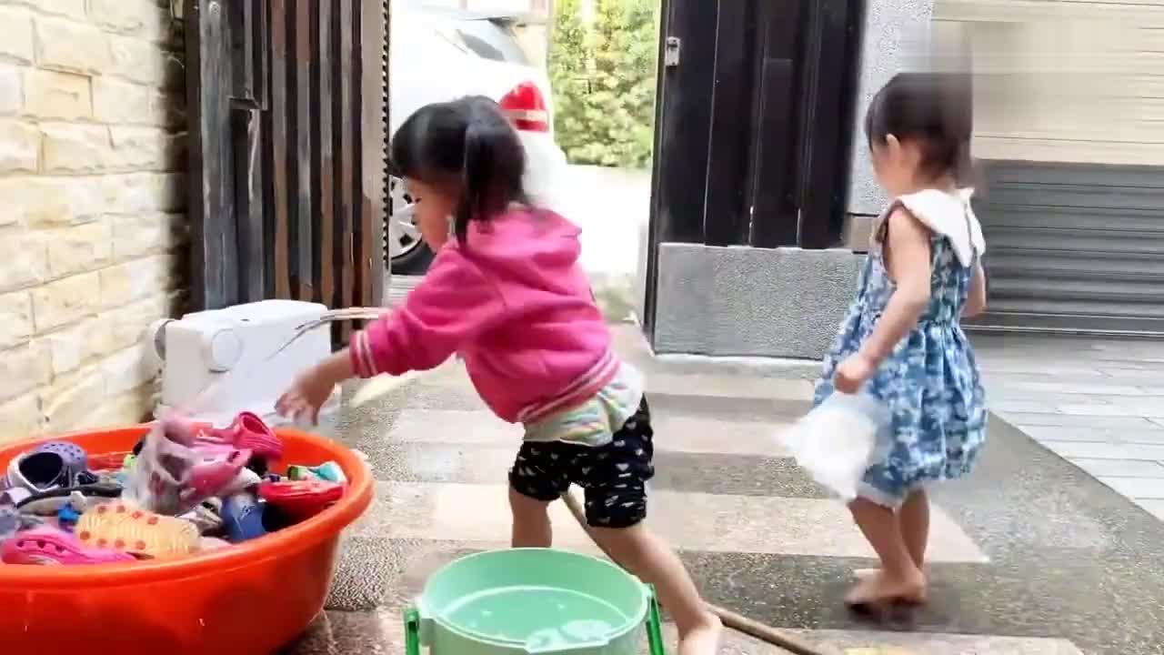 锻炼四胞胎女儿做家务自己洗鞋子,四个宝宝的鞋子放一起好壮观!
