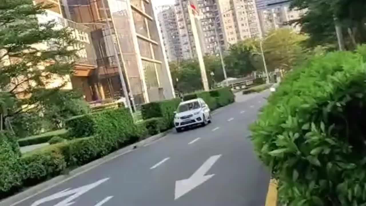 灰色兰博基尼大牛路过深圳湾富人区