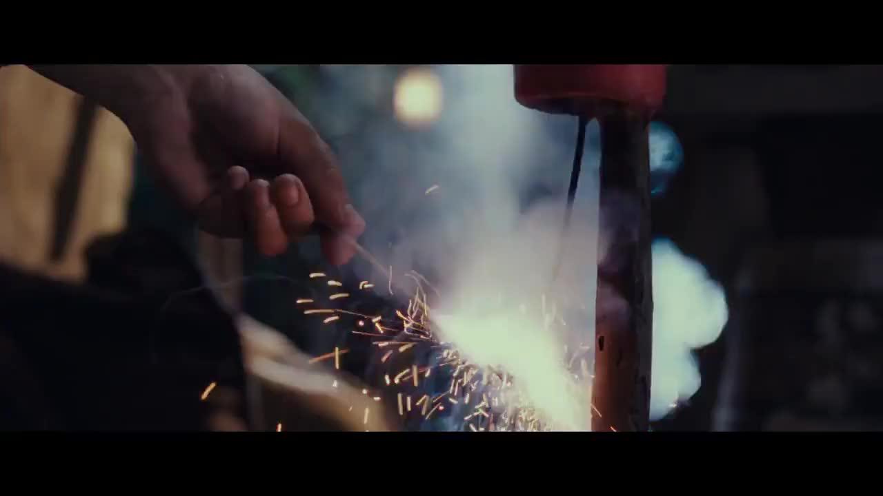 哈比人放烟火差点把自己给炸没还好巫师及时救了他们
