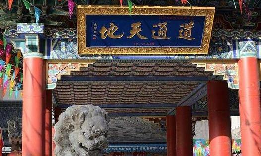 """西安的""""都城隍庙"""",牌坊后面有四个大字,游客众多"""