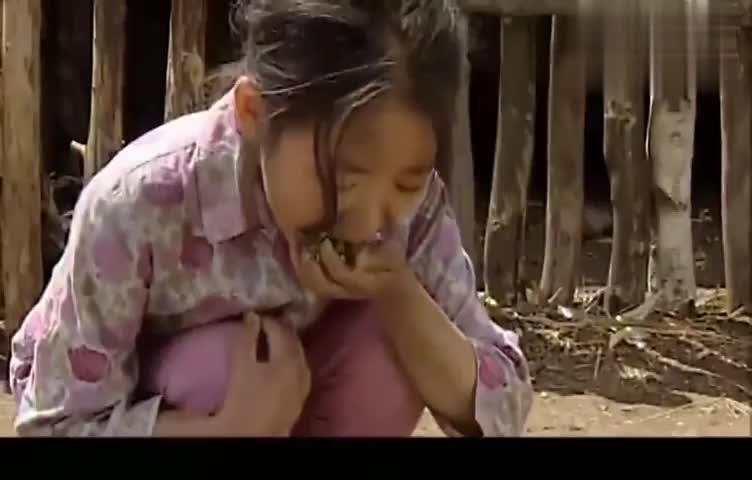 暖春:铁蛋爹娘两天没给小花吃饭了,饥饿难耐的小花,抓着鸡食吃