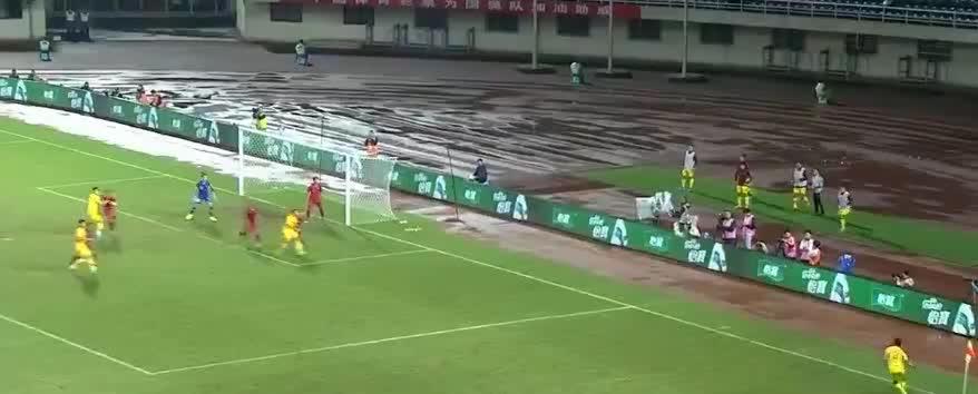 中国队右侧角球开出,胡靖航头球攻门被没收了