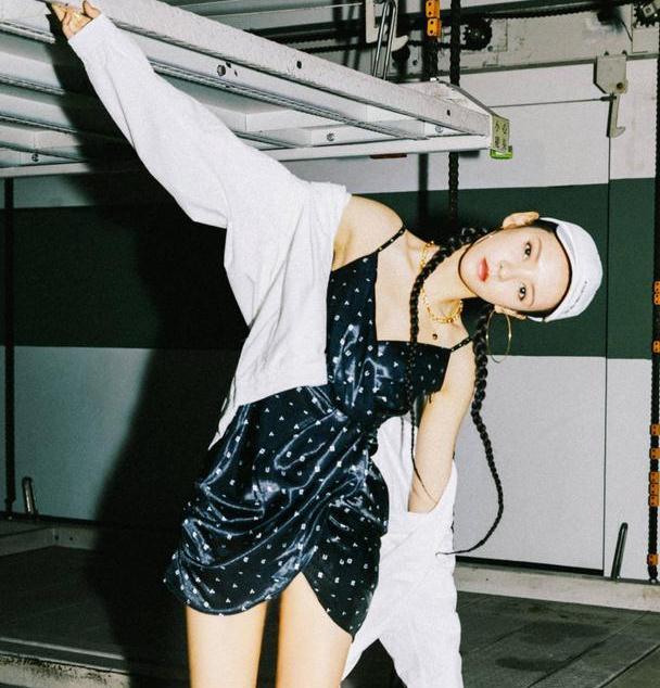 张予曦太会穿搭,黑色波点裙还扎小辫,穿白色运动服玩出嘻哈感